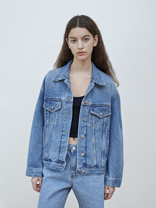 OVERSIZED DENIM TRUCKER JACKET [LIGHT BLUE]